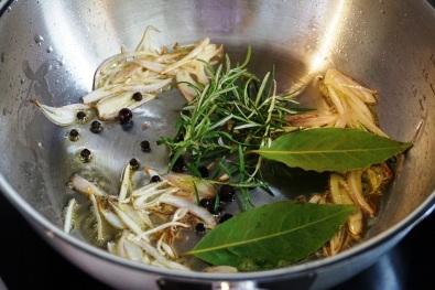 Fein geschnitte Schalloten und Gewürze machen es sich in der Sauteuse gemütlich