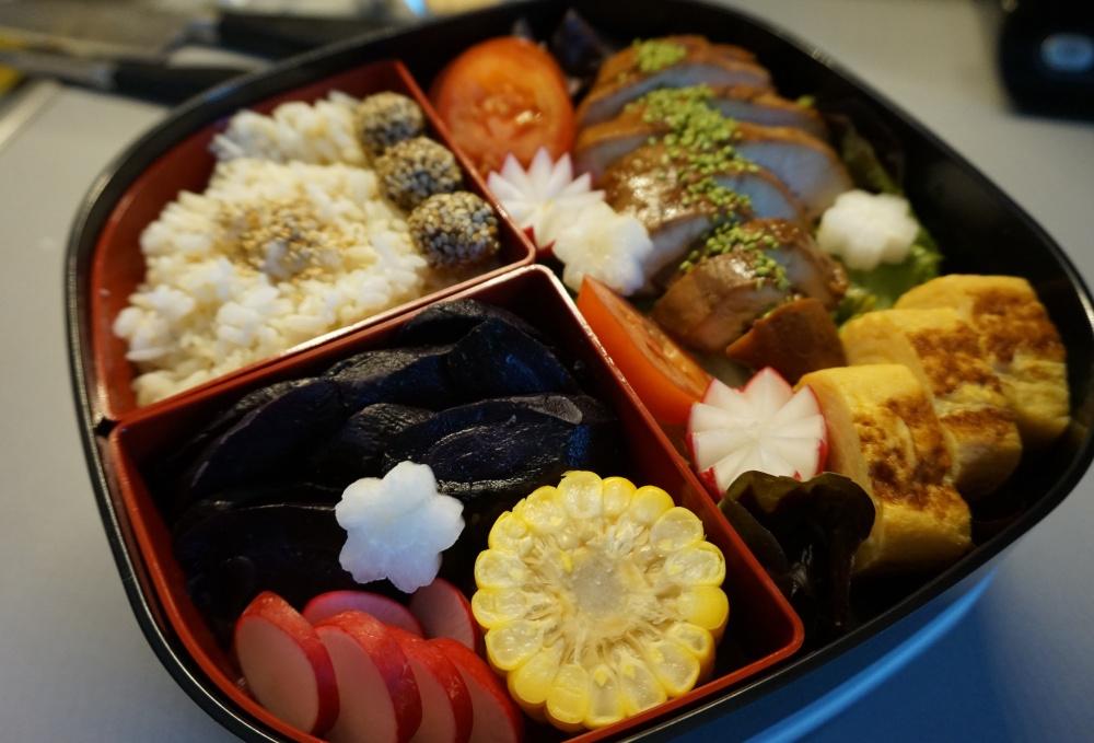Bento mit Teriyaki-Huhn, Tamago und Gemüse
