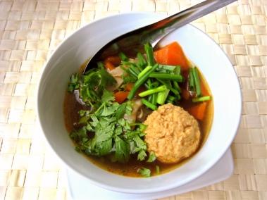 Hot Pot: Kräftige Brühe, zarte Fleischklößchen / Hot Pot: Strong broth, tender meatballs