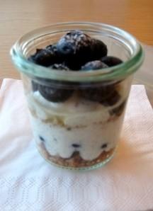 Blaubeer-Crumble mit Haferkeks und Naturjoghurt