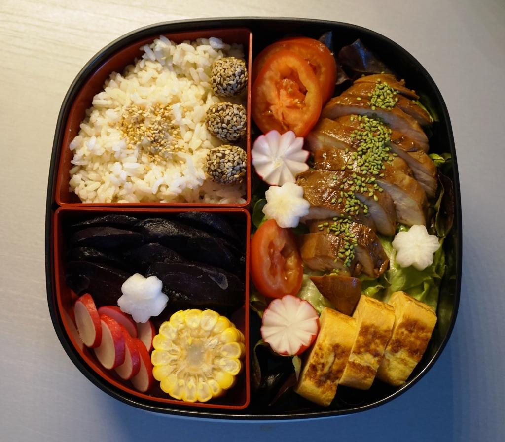 Ein prima Business-Lunch: Huhn, Tamago-Yaki, gedämpfte violette Karotte, Mais, Reis mit Konbu-Alge gekocht - und ein wenig Salat