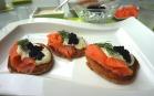 Lachs-Kaviar Blinis mit Senf-Dillsauce