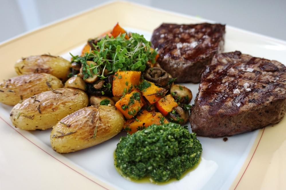 Gebackener Kürbis und Steaks