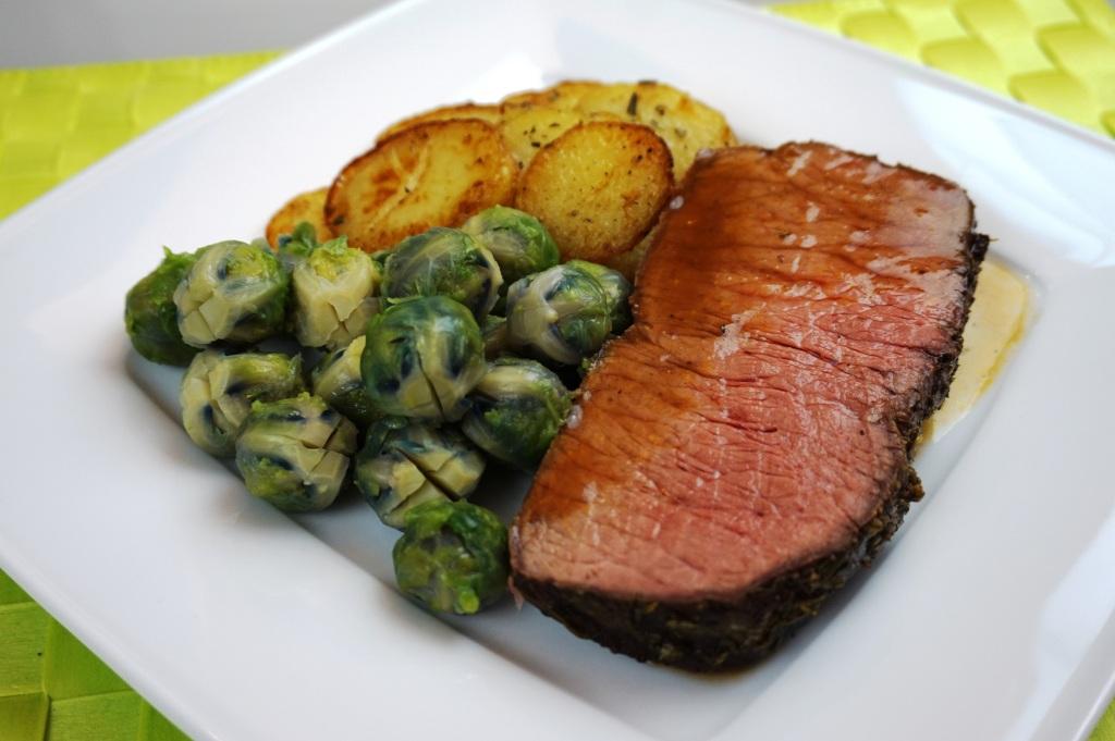Roastbeef mit Rosenkohl und Bratkartoffeln