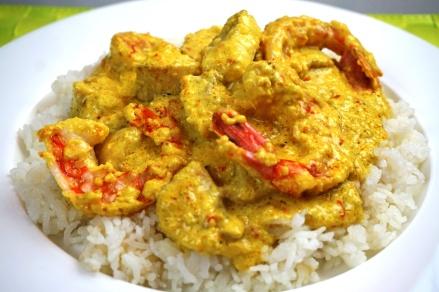 Thailändisches Fischcurry mit Garnelen