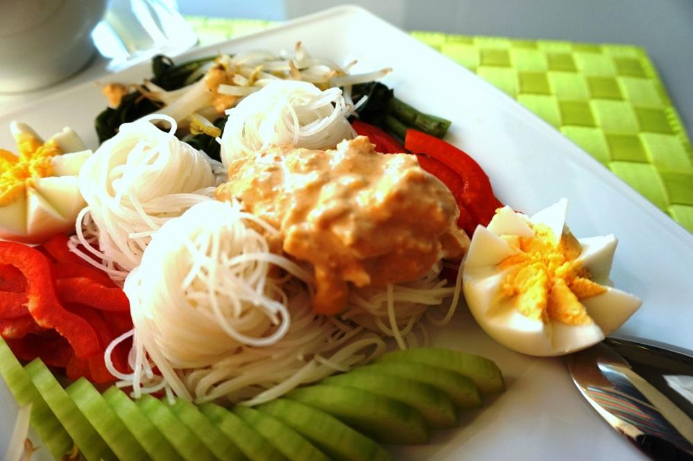 Nam Ya mit Nudeln und Beilagen
