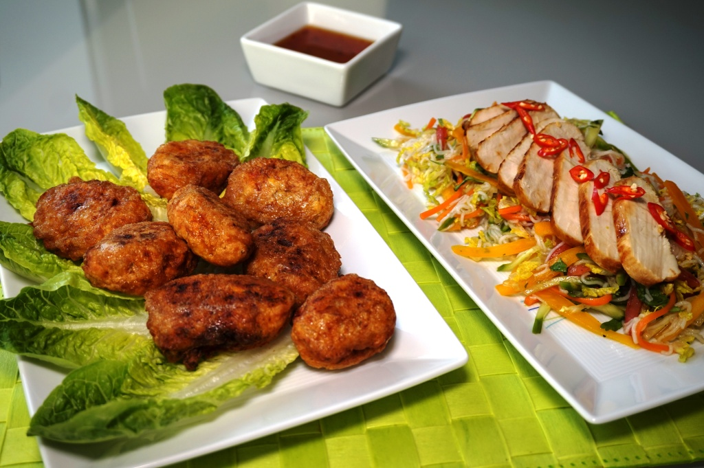 Fischbällchen frittiert und Limettenhuhn auf Salat