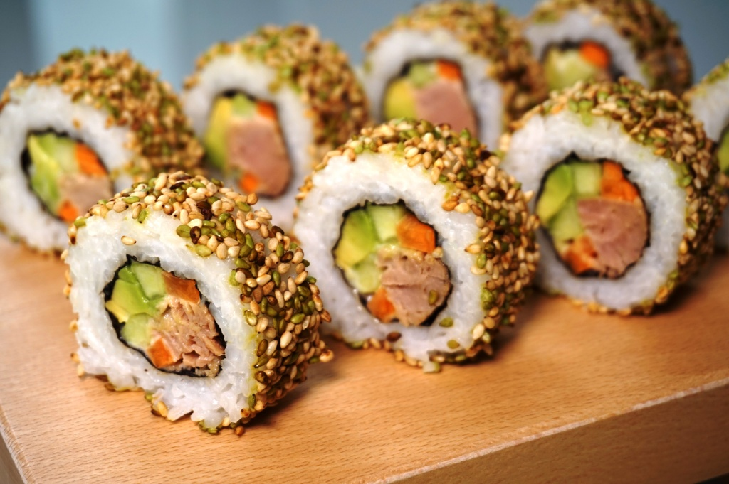 Uramaki sushi tuna and sesame