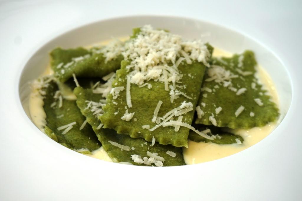 Spinat-Ricotta Ravioli mit Parmesan-Sauce