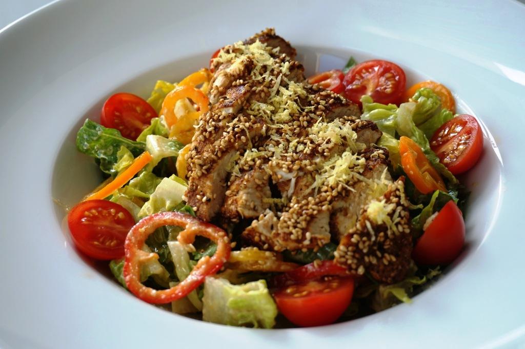 Sesam-Huhn auf Römersalat