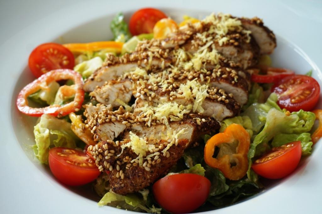 Sesam-Huhn auf Salat