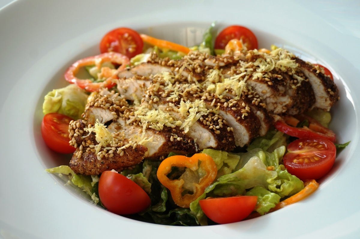 Mut zur Würze: Sesam-Huhn auf Salat / Dare to spice: Sesame chicken with salad