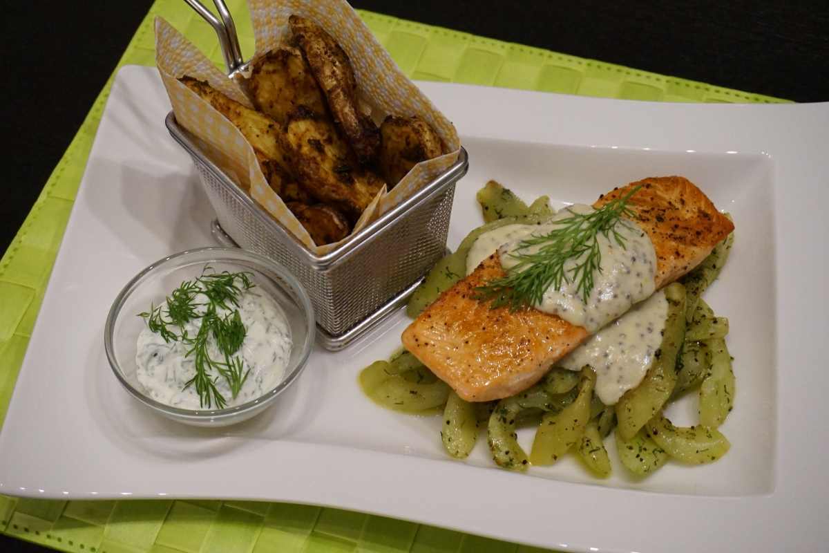 Lachs auf Gurke mit Kartoffelspalten / Salmon on cucumber with wedges