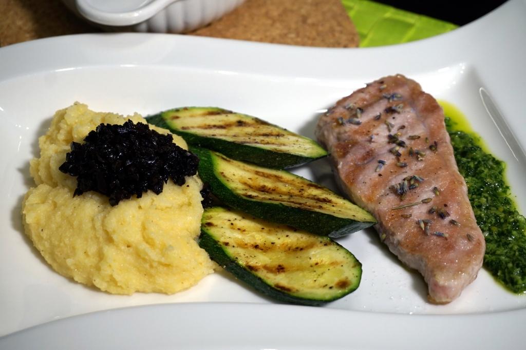 Iberico Schwein Zuccini Polenta Oliven