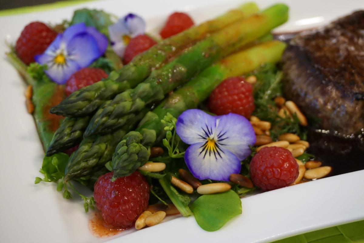 Grüner Spargel mit Himbeer-Vinaigrette / Green asparagus and rasberry vinaigrette