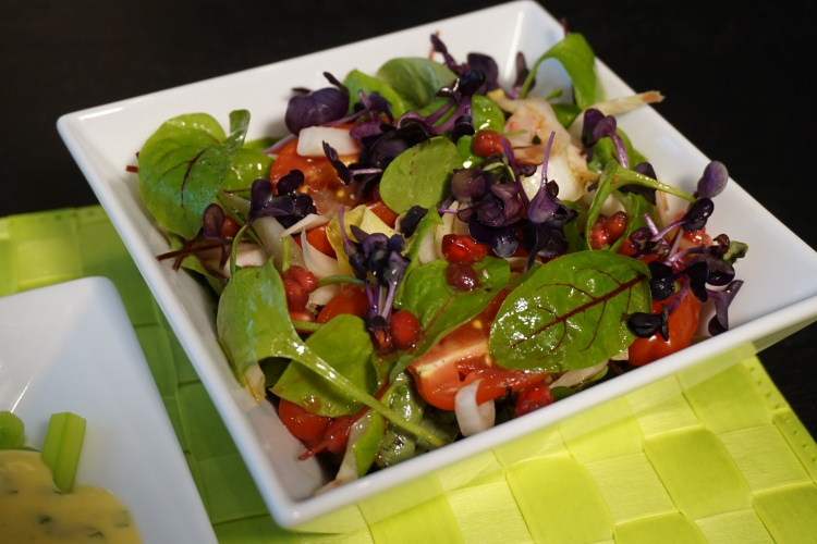 Salat Gartenkräuter mit Granatapfel
