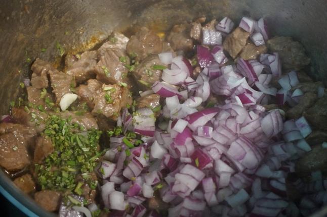 Fleisch mit Zwiebeln