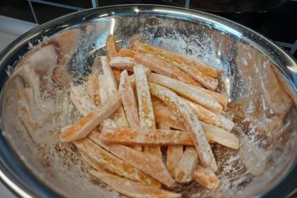 Süßkartoffelsticks mit Speisestärke